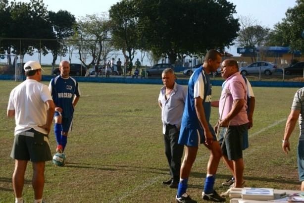 De camiseta rosa, o Presidente do Clube da Volks pede para os jogadores se retirarem - Foto: Quiririm News