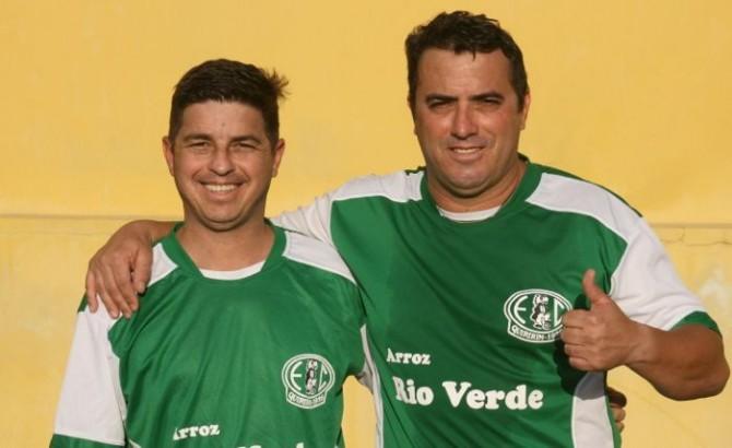 Mesmo sem jogo zagueiro Maurinho (a direita) tem o que comemorar - Foto: Quiririm News