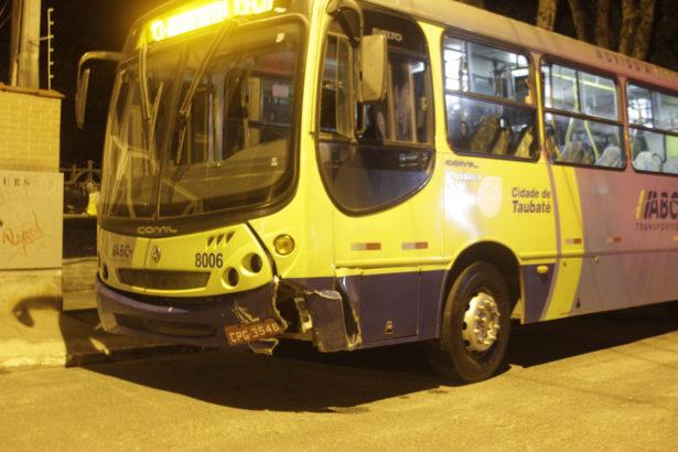 Frente do ônibus danificada com a batida - Foto: Quiririm News